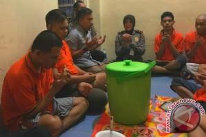 Kapolsekta Banjarmasin Timur Berbuka Puasa Bersama Tahanan