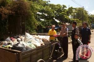 Polsek KPL Banjarmasin Berbagi Takjil Ke Petugas Kebersihan
