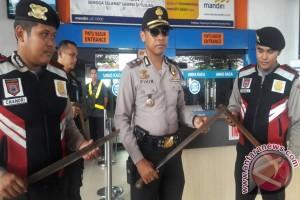 Lebaran 2017 - Petugas Sita 250 Parang Milik Penumpang Kapal