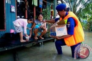 Satpolairud Bagikan Takjil Untuk Korban Banjir