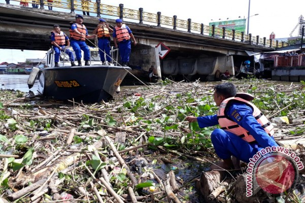 Water Police Cleans Garbage on Martapura River