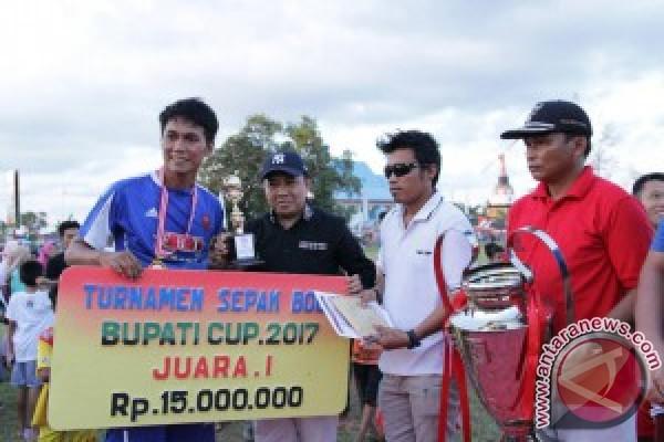 Wabup Serahkan Piala dan Bonus Pemenang Turnamen Sepakbola Bupati Cup 2017