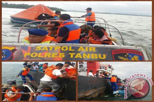 Polairud Mengevakuasi Penumpang Km Madani Nusantara