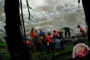 Pencarian Korban Tenggelam Air Terjun Haratai Terkendala Hujan