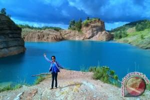 Pengunjung Obyek Wisata Danau Biru 6.000 Orang