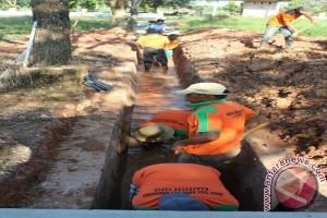 Dinas LH Tapin Bersihkan Saluran Air