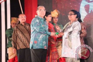 Bupati HSS Terima Dua Penghargaan