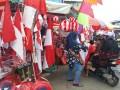 Penjualan bendera ramai sejak tibanya bulan Agustus seperti yang ada di depan pertokoan Taman Sari, Banjarmasin, Selasa, 8/8.Bendera ukuran kecil Rp20.000 dan yang besar Rp75.000. Para penjual juga menyediakan lampu hias, tulisan angka dan tanggal HUT RI di media jalinan bambu berbentuk bulat atau nyiru berbagai ukuran bahkan di kampung ketupat Sungai Baru bendera merah putih yang dijual disana lengkap dengan tongkatnya berupa batang bambu dan kayu galam.(Foto Antaranews Kalsel/Fariza/Hafizh/Rizal)