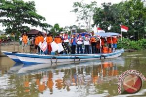Gotong Royong Bersihkan Bantaran Sungai Martapura