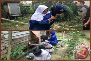 Polwan Gotong Royong Perbaiki Rumah Warga Lansia