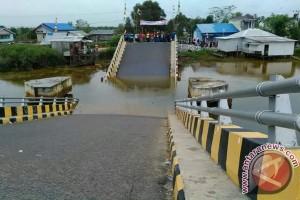 Baru 1,6 Tahun Dimanfaatkan Jembatan Beton Ambruk