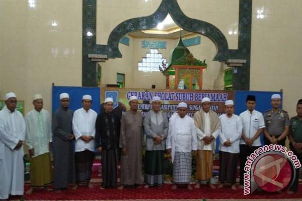 H Achmad Fikry Bantu Mesjid Muqarrabin