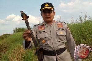 Kapolsek Daha Utara Temukan Kayu Pemicu Kebakaran Lahan