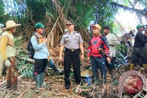 Kapolsek Sungai Raya Gotong Royong Bersihkan Sungai