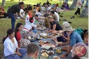 Puluhan Wisman Pelajari Tradisi Begibung Khas Lombok