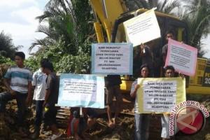 Warga Gelar Aksi Tuntut Pembayaran Upah Oleh  PT.SMS