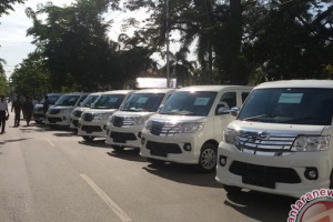 Bupati Serahkan 10 Mobil Ambulance Desa