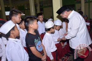 Bupati HSS Serahkan Santunan 450 Anak Yatim