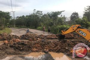 Drainase Tersumbat, Pemkab Tapin Bongkar Jalan