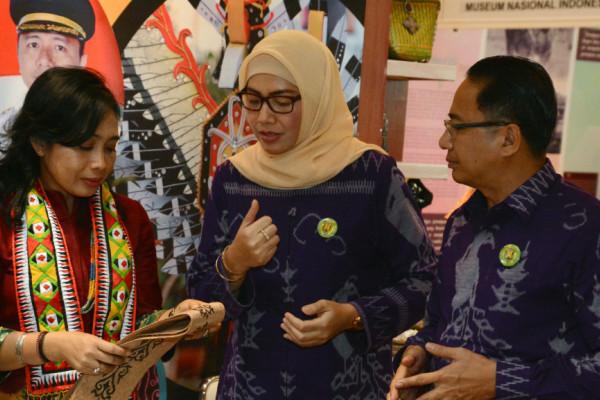 Istri menteri kagumi syal khas Tabalong