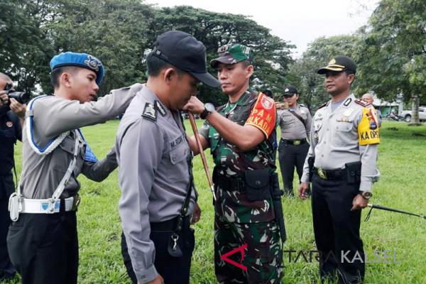 Penyematan Personil Pengamanan TPS