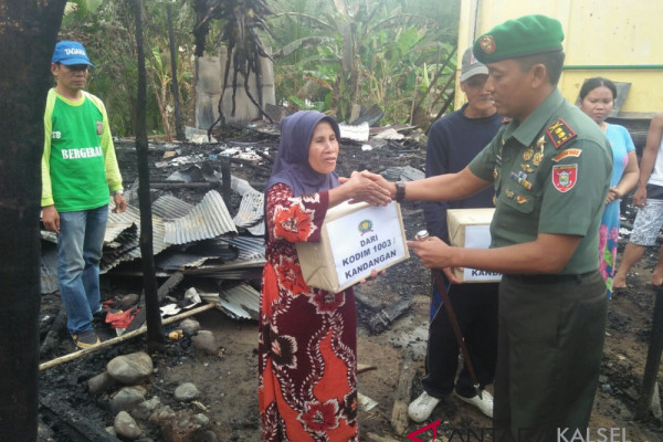 Military commander aids Hulu Banyu fire victims