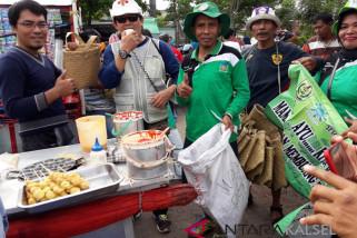 FKH bagikan 40 bakul purun ke pedagang pentol