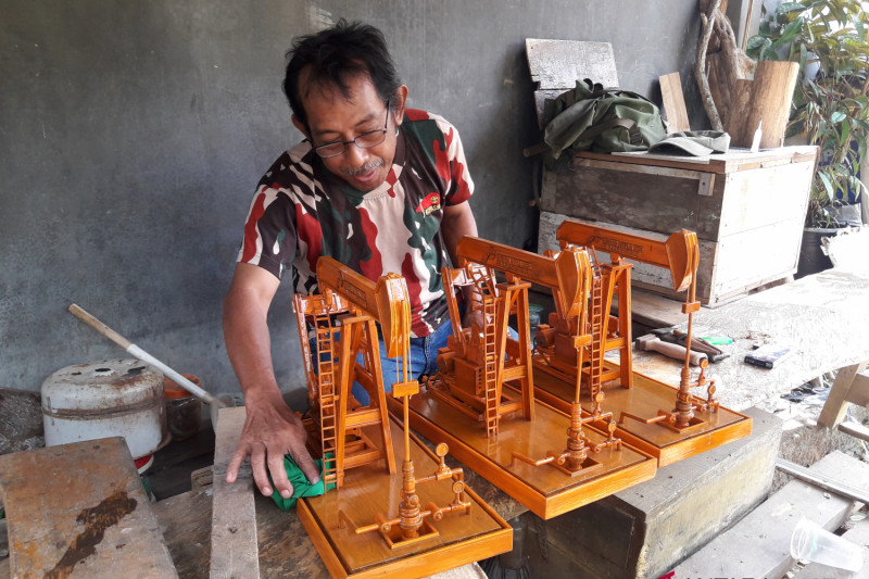 Pumping miniature craftsman in Tabalong