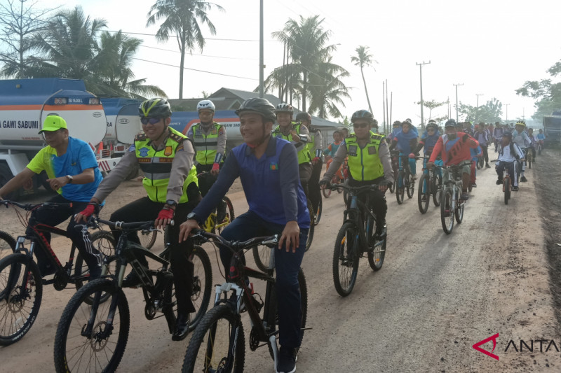 Banjarmasin traffic police campaign cycling to school