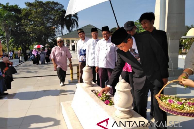 Prof Sutarto Hadi ziarah ke makam Rektor ULM terdahulu