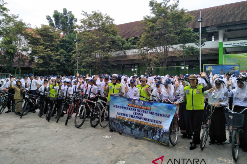 Traffic police invites students to cycling to school