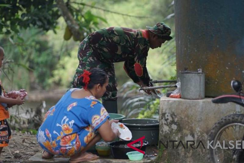 Anggota TNI tidak hanya memangul senjata tapi tak segan cuci piring