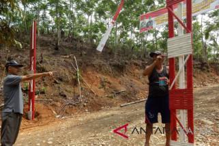 Satgas TMMD dan warga bangun gapura bambu
