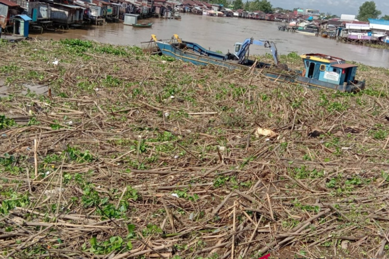 Banjarmasin overwhelmed by clearing garbage in Martapura River