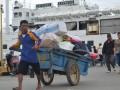 Nunukan (ANTARA Kaltim) - Seorang kuli angkut di Pelabuhan Tunon Taka, Kabupaten Nunukan, sedang mengangkut barang-barang bawaan penumpang yang akan berangkat menuju Tawau, Sabah, Malaysia. (M Rusman/ANTARA)