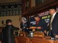Juru Bicara Pansus Salehuddin menyalami Bupati Kutai Kartanegara Rita Widyasari usai membacakan tanggapan DPRD Kukar terhadap LKPJ Bupati 2012, disaksian pimpinan Dewan, dalam rapat paripurna istimewa DPRD Kukar, Jumat (26/4) malam).