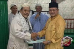 Adam Serahkan Bansos ke Masjid di Balikpapan