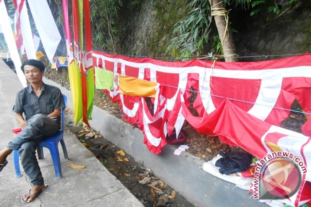 Salah satu penjual pernak-pernik perayaan Hari Ulang Tahun ke-68 ...