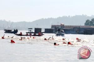 Lomba Renang Menyeberangi  Sungai Mahakam