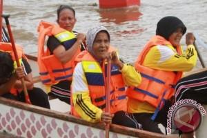 60 Year-old Woman Participates in Mahakam Dragon Boat Festival
