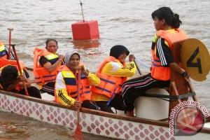 Nenek 60 Tahun Ikuti Lomba Perahu Naga