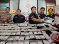 Direktur Tindak Pidana Narkoba Brigjen Pol. Anjan Pramuka Putra (tengah) memperlihatkan cara tersangka menyembunyikan sabu dalam mesin pompa air dalam rilis sabu di Direktorat Tindak Pidana Narkoba Mabes Polri, Jakarta Timur, Jumat (18/9). Sabu sebanyak 15,5 kg itu diperkirakan bernilai Rp32 miliar yang melibatkan warga negara Nigeria merupakan sindikat internasional. (ANTARA FOTO/Rosa Panggabean)
