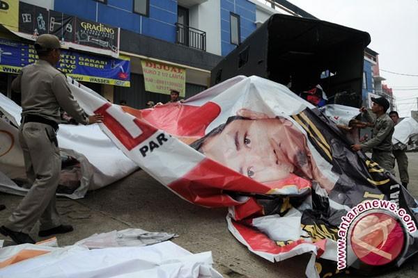 Panwaslu-Satpol PP Balikpapan tertibkan 350 APK paslon