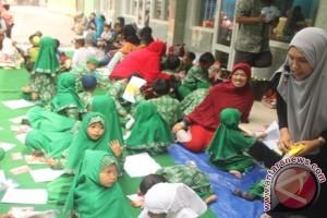 Puluhan Murid TK Belajar di Jalan setelah Sekolah Digembok