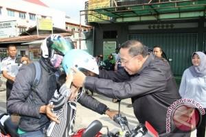 Wali Kota Bagikan Helm Peringati Pekan Keselamatan Transportasi