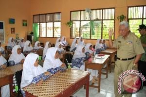Awang Imbau Pelajar Siap Hadapi UN 2016