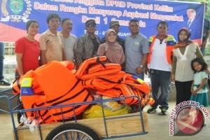 Saefuddin Zuhri Bantu Peralatan Pungut Sampah SKM