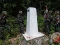 Prajurit Satgas Pamtas RI-PNG Yonif 411/Raider Kostrad memeriksa patok batas saat berpatroli di perbatasan Indonesia-Papua Nugini, Skouw-Wutung, Papua, Selasa (15/3). Patroli dilakukan untuk memeriksa keberadaan patok batas negara sekaligus memastikan keamanan wilayah. (ANTARA FOTO/Sigid Kurniawan)