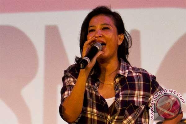 Oppie Andaresta Menyanyi di Hutan Kota Balikpapan