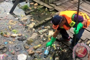 "Wali Kota ""Ditodong"" Pungut Sampah di Karang Mumus"